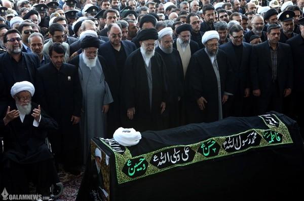 اقامه نماز رهبر انقلاب بر پیکر آیت الله واعظ طبسی