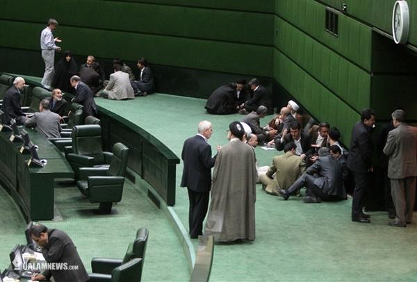 ویدئوی موهن اصولگرای تازهوارد و دورهمی در راهروی مجلس بهصرف چای و بیسکویت